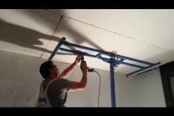 un solo operario instalando pladur,drywall,durlock,knauf techo con elevador